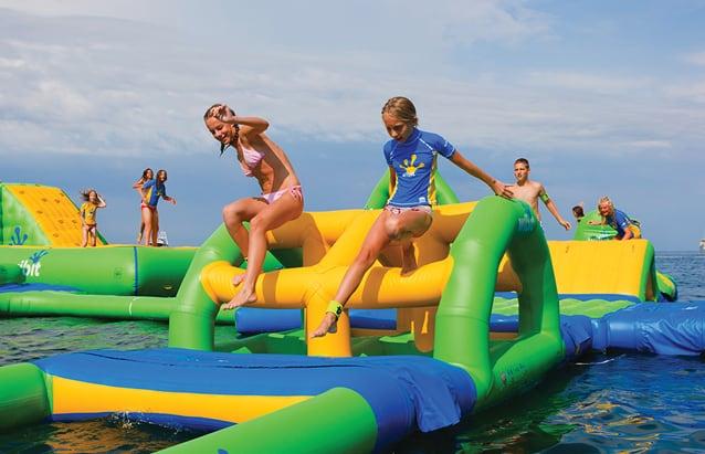 Inflatable aqua splash waterpark open now at sylvan lake for Aqua piscine otterburn park